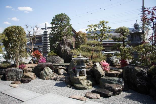 縁側から眺める中庭