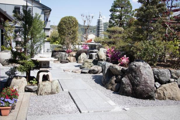 中庭へと続く道は板石を並べモダンな雰囲気に