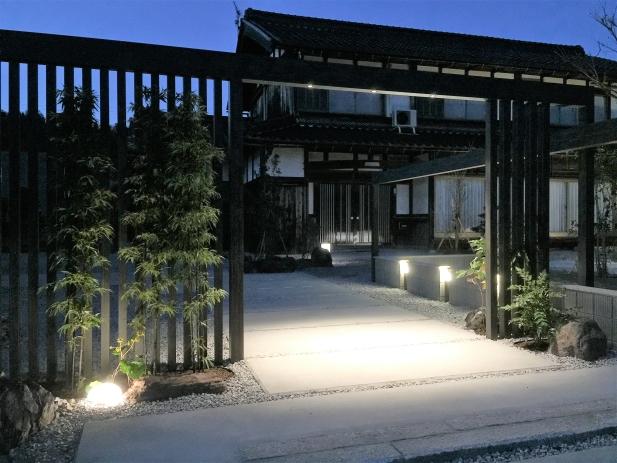 夜には、各所に配置された照明により昼とは異なる楽しみ方ができます