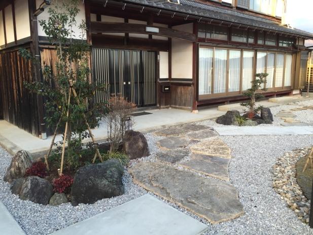 和モダンとはいっても実際には「和」の庭ではなく「遊びの庭」なので蹲(つくばい)などはありません
