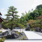 門構えの大きな和風庭園